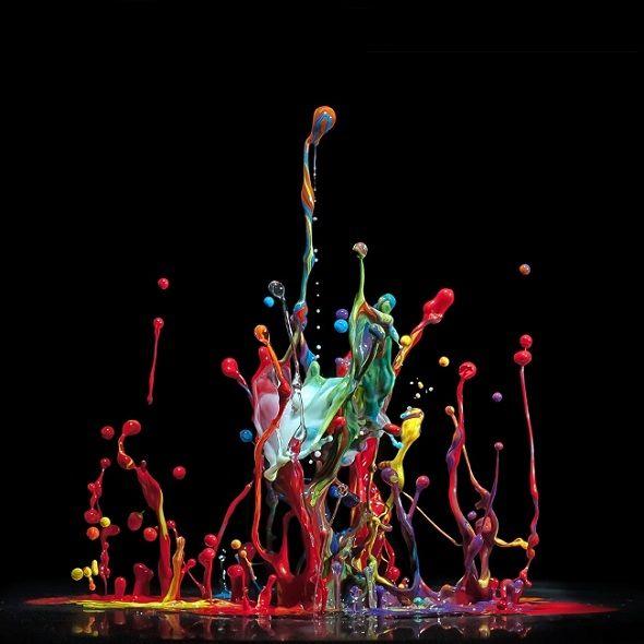 Markus Reugels toma fotografías de pintura 'bailando' con música techno - Antidepresivo