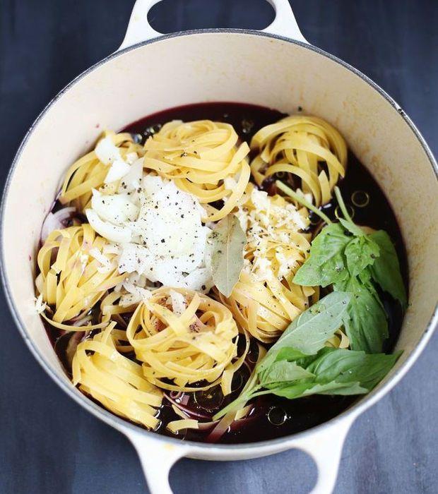 Des pâtes au vin rouge. Faites cuire vos pâtes dans du vin rouge mélangé à du bouillon de poulet, de l'ail, du laurier et du basilic frais. Agrémentez de parmesan au moment du service.