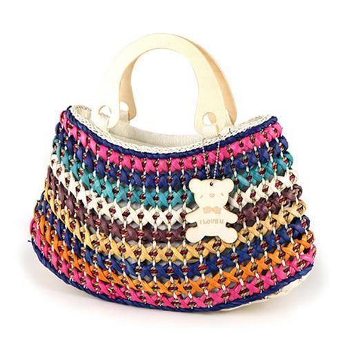 BORSA TEDDY BLU  -  Originale borsa in paglia naturale con inserti in paglia colorata e grazioso orsetto pendente. Impugnatura in legno. Chiusura con zip e taschina interna.
