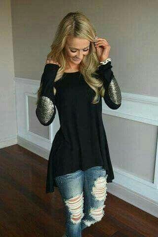 Jeans rotos, blusa manga larga negra con caderas