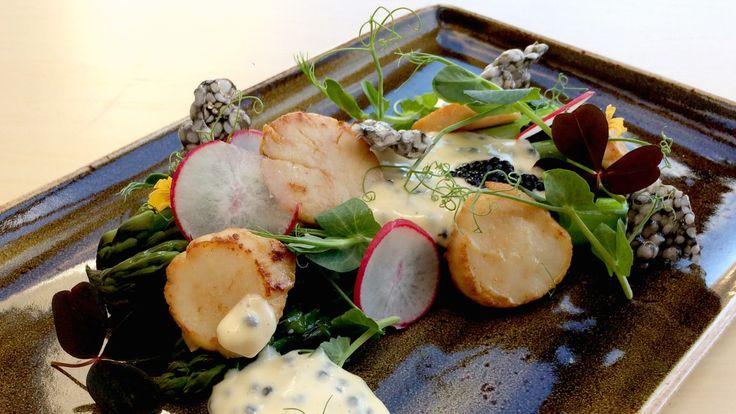 Asparges med stekte kamskjell, majones og kaviar. Dette kaller vi luksus med lekre råvarer. Lars Erik Vesterdal lager majonesen i norgesglass og steker kamskjellene i brunt smør.