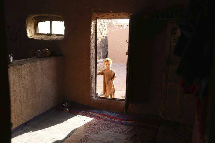 Un niño afgano posa junto a la entrada de su refugio en las afueras de Herat (Afganistán). Según la misión de la ONU en Afganistán (Unama), 5.166 civiles, entre ellos 388 niños, han muerto en la primera mitad de este año.
