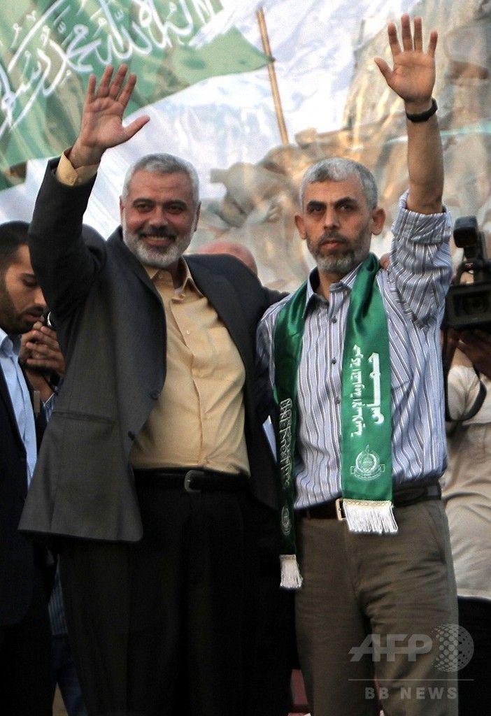 イスラエル兵との交換でパレスチナ人が釈放されたことを受け、パレスチナ自治区ガザ地区のハンユニス Khan Yunis خان يونس で支持者に手を降るヤヒヤ・シンワール氏(右)。左はイスマイル・ハニヤ氏(2011年10月21日撮影、資料写真Files)。(c)AFP/SAID KHATIB ▼14Feb2017AFP|ハマス、ガザ地区指導者に強硬派のシンワール氏を選出 http://www.afpbb.com/articles/-/3117748 #Yahya_Sinwar #Ismail_Haniyeh