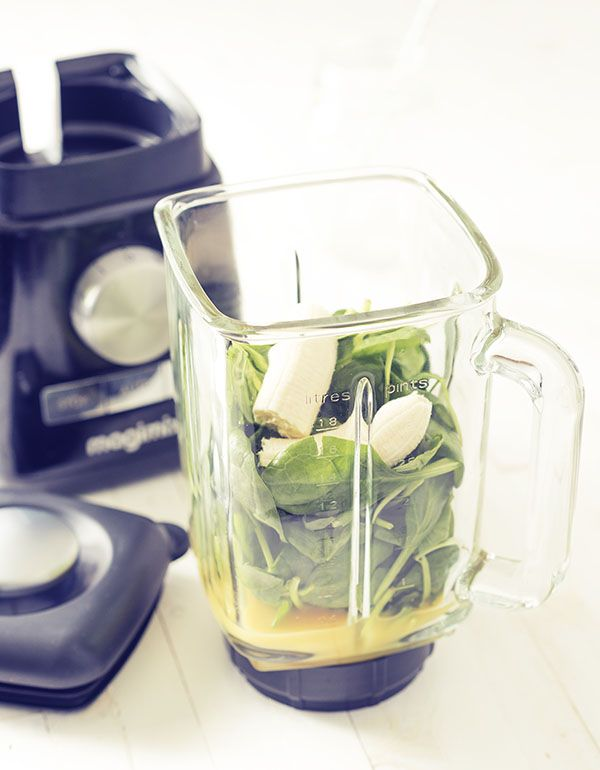 Een simpele groene smoothie die snel voor je neus staat. Rietje erin en slurpen maar! Bomvol vitamines en mineralen. Groene smoothies zijn lekker en gezond.