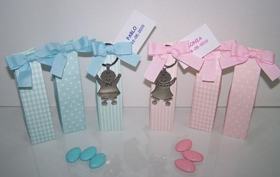 Detalles para bautizo, llavero metal Pit y Pita bebé en caja con 5 peladillas de chocolate, lazo a tono y tarjeta personalizada.  Las cajitas se sirven en tres modelos: topos, rayas y cuadritos. El precio es para la unidad   Medida llavero: 9 x 4 cm   Medida estuche: 3,5 x 14 x 3,5 cm
