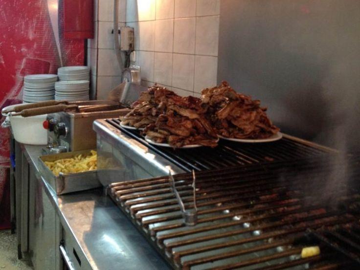 """Λίγοι αντέχουν: Σε αυτό το στέκι στο κέντρο της Αθήνας θα """"σκάσετε"""" στο φαγητό με λιγότερα από 10 ευρώ!"""