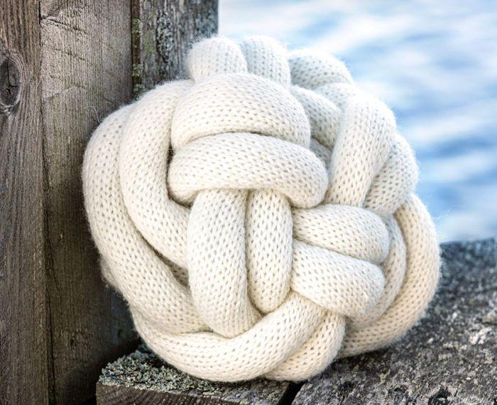 Sticka en trendig knot kudde gratis beskrivning