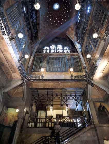 El #PalacioGüell fue uno de los primeros trabajos de #Gaudí; fue la residencia privada del mecenas del arquitecto, Eusebi Güell. http://www.viajarabarcelona.org/lugares-para-visitar-en-barcelona/palacio-guell/