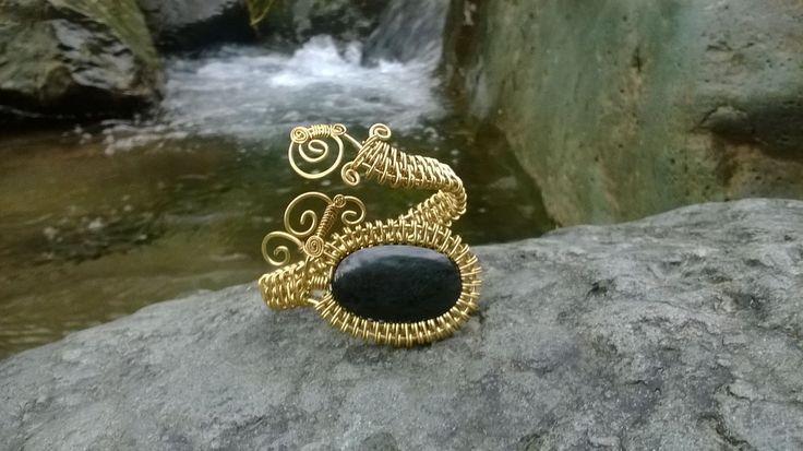 pulsera en bronce con piedra obsidiana $48
