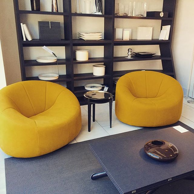 O ba table by pagnon pelhaitre and pumpkin armchairs by for Table yoyo ligne roset