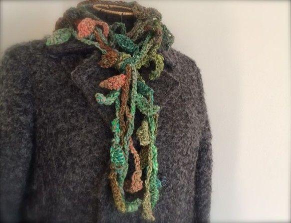 独特な染めの極太糸を、かぎ針でざくざくとフリンジを4重に編み付けた、ニュアンスのあるマフラーです。寒いときは首にぐるぐると巻いて防寒+おしゃれアイテムとして、...|ハンドメイド、手作り、手仕事品の通販・販売・購入ならCreema。