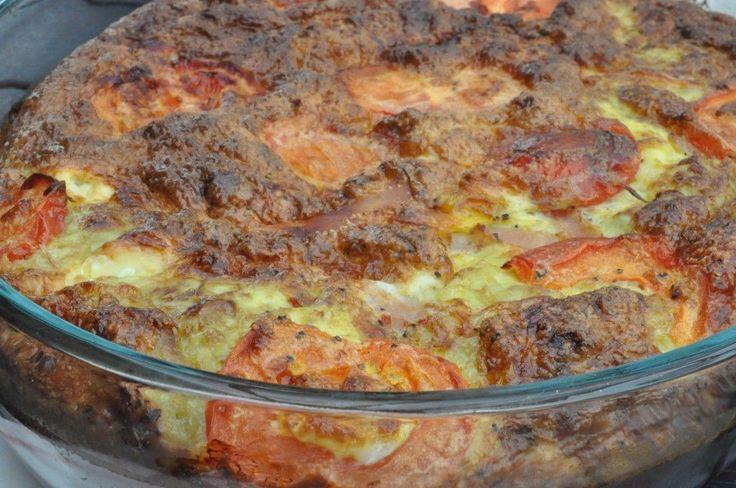 I dag skal du høre om en rigtig sommermenu. En let og luftig ovnbagt æggekage med feta, skinke og tomat. Æggekagen er lavet af æg fra fritgående høns, høns vi ved har et rigtigt godt hønseliv, for de bor