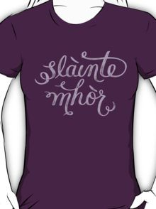 Slainte Mhor - Outlander T-shirt Slàinte mhòr!  Slàinte, pronounced slanj. Or, if you can wait a moment longer for your whisky; slàinte mhath (slanj uh va). We say it when we raise a dram, but why, what does it mean, and what does it have to do with you and R&B?  Slàinte mhath is a toast that literally translates to: 'good health'.