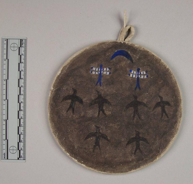 Модель щита, Южные Шайены. Последний владелец Dogawa, Baby Carrier (Packer). Диаметр 6 1/2 дюймов. Дата: 1904 год. Оклахома. Джемс Муни. NMNH.