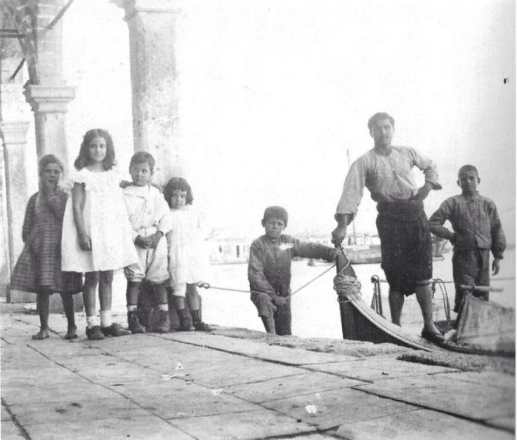 Ο Γιώργος Σεφέρης με την αδερφή του Ιωάννα και τον αδερφό του Άγγελο στη Σκάλα Βουρλών το 1907