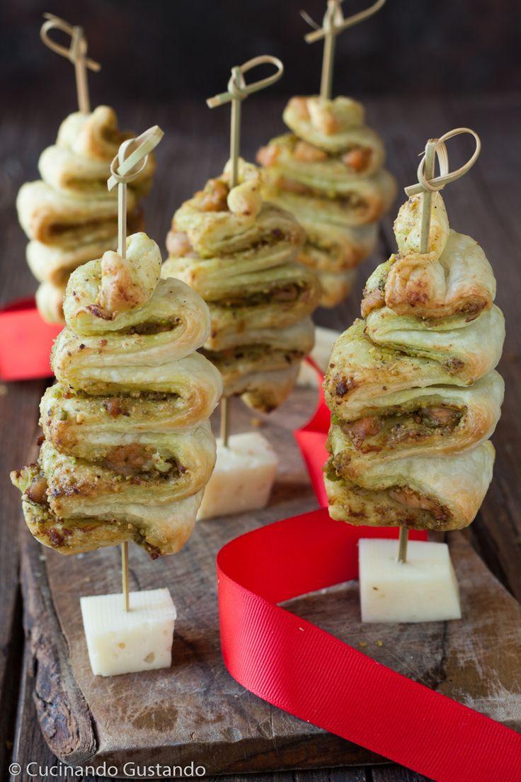 Alberelli di Natale di sfoglia pesto di pistacchio e salmone affumicato http://blog.giallozafferano.it/toniaincucina/alberelli-di-sfoglia-pesto-di-pistacchio-e-salmone-affumicato/