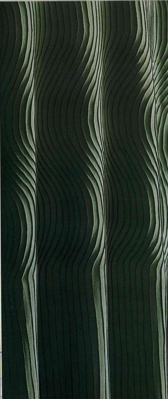 Платье. Мадленн Вионне, около 1925. Зеленый шелковый креп, прямой силуэт, вырез «лодочка», узор из защипов в виде волн по всему платью.
