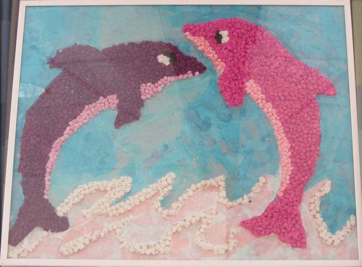 Schilderij gemaakt van propje crêpe papier ( de dolfijnen) en van vloeipapier ( de lucht ) en van gekleurde en gescheurde koffiefilters ( de zee ) Gemaakt door bezoeker van mijn werk.