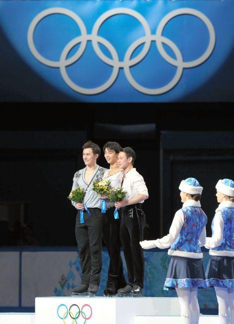 〈ソチオリンピック(男子フリー)〉 表彰台の真ん中に立ち、笑顔を見せる羽生結弦=飯塚晋一撮影