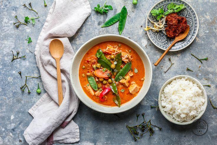 """""""Let's get curried away!"""" Lass uns zusammen den unangefochtenen Klassiker der Thai-Küche zubereiten: Rotes Thai Curry mit Tofu. Natürlich vegan … logisch!"""