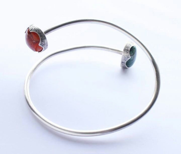 Orange-red and green bangle. Glazed porcelain gems, fancy bezel flat setting (street lamp detail), 100% recycled silver. Liv Thrane Jewellery. www.facebook.com/livthranejewellery & www.livthrane.com
