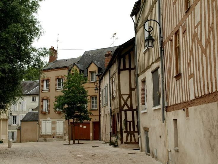 Une rue d'Orleans avec les façades des maisons anciennes à pans de bois.
