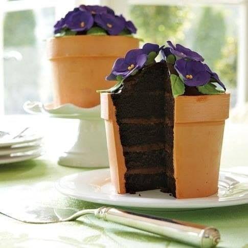 Тортики в виде горшка с фиалками. Интересное решение для десертного стола.