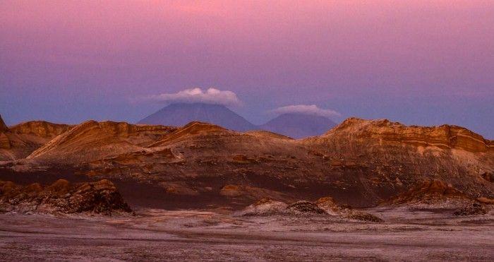 Valle de la Luna, Chile / Sus formaciones de piedra y arena son únicas en su estilo. Se caracteriza por la carencia de humedad, flora y fauna, por lo que se parece mucho a la superficie de nuestra luna. También cuenta con escarpes de una inmensidad de colores que varían de tonalidad debido al Sol, en especial a horas del atardecer en donde el valle se convierte en un verdadero espectáculo.