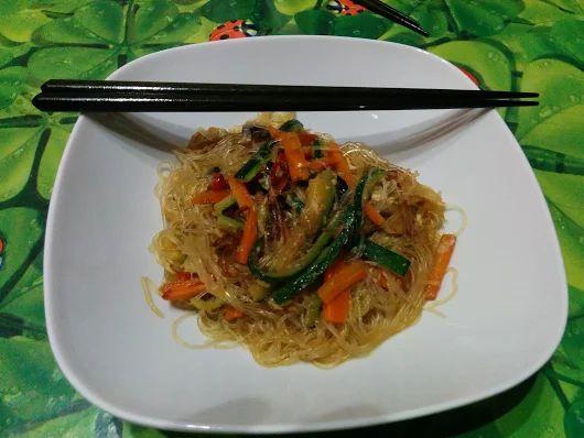 Spaghetti di soia saltati con verdure croccanti
