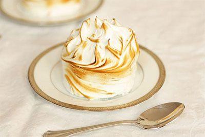 Maka dengan lapisan fla berisi kelapa serta kenari di atasnya dilapisi dengan meringue seperti klappertaart klasik dibuatlah Golden Klappertaart.