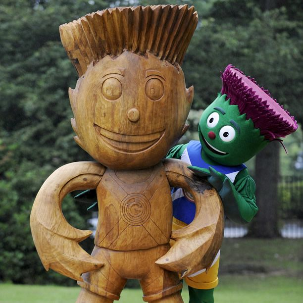 Glasgow has just unveiled a GIANT wooden sculpture of Glasgow 2014's official mascot Clyde at Queen's Park – carved by local sculptor Robert Coia from recycled timber with the help of the city's schoolchildren :) A must-visit for a photo! #ClydesTrail