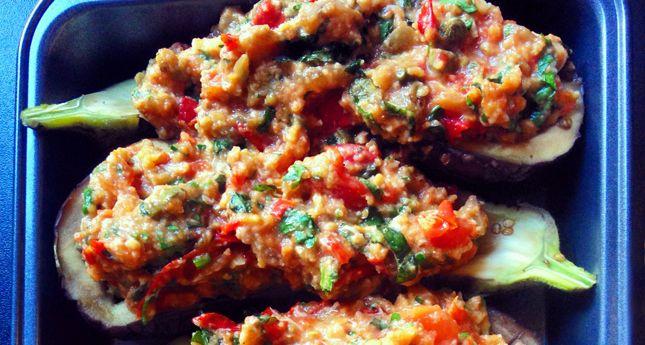 Dit recept voor gevulde aubergines uit de oven lazen wij in Allerhande. We pasten een paar…