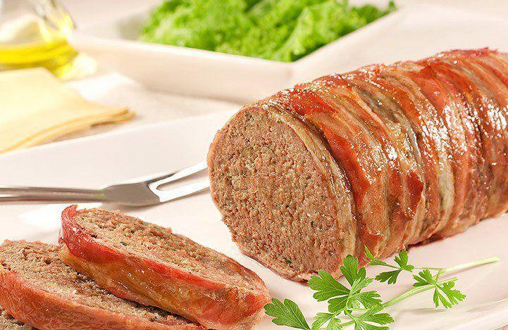 01 pão francês picado (apenas o miolo)  - 1/4 xícara de chá de Leite morno  - 1 Cebola cortada em 4 partes  - 2 dentes de Alho  - 1 Quilo de Carne Moída  - 1 Ovo batido  - 2 colheres de sopa de Salsinha picada  - 8 Azeitonas verdes picadas  - Orégano a gosto - Sal a gosto  - 4 colheres de sopa de Molho inglês  - Pimenta-do-reino preta moída na hora a gosto  - 12 fatias de Bacon