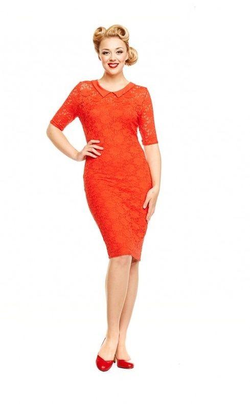 Šaty Lindy Bop Valentine Red Nádherné šaty z limitované edice anglických dílen označené Made in Britain, garantující vysokou kvalitu zpracování i původ tohoto modelu. Šaty v jasně červené barvě se hodí na svatby i jiné slavnostní příležitosti, využít je můžete jako koktejlky či malé večerní. Velmi decentní šaty z příjemného skvěle padnoucího materiálu - vrchní jemná krajková vrstva a spodní hladká a pružná podšívka. Krátký krajkový rukáv, decentní výstřih opatřený malým límečkem, vzadu jeden…