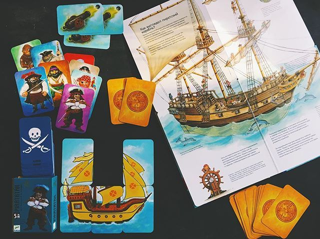 самая любимая игра 2017го года по версии «Саши-воробья» - PIRATATAK от Djeco. Цель игры — первым построить корабль своего цвета (из 6ти карт). Правила: колода карт размещается в центре стола. Игроки тянут по 1 карте в порядке очереди. Варианты: 1. Карта Корабля одного из 4х цветов — если строительство корабля еще не начато — определят цвет корабля, который должен построить игрок (если корабль этого цвета не начал собирать другой игрок). Если строительство уже начато и выпала карта другого…
