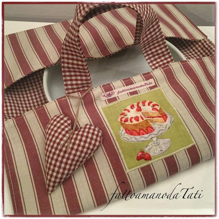 Porta torte in cotone a righe bordò con appliquè torta di fragole, by fattoamanodaTati, 22,00 € su misshobby.com