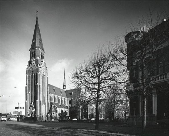Breda. Oranjesingel. St.Jozefkerk met pastorie. 1976.