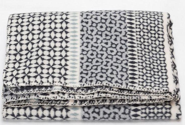 Wohndecke Savona Bordüre anthrazit - von David Fussenegger Weiche gemusterte Kuscheldecke in angenehmer Velours Qualität als perfectes Accessoires für jede Couch. Die gemütliche Decke mit ihrem hohen Baumwollanteil verwöhnt mit besonderen Gebrauchseigenschaften. Sie ist