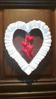 Valentines Wreath. Coroa / Grinalda / Guirlanda feita com materiais reciclados. S. Valentim (Dia dos Namorados).  Artesanato e Reciclagem. Com Passo a Passo.