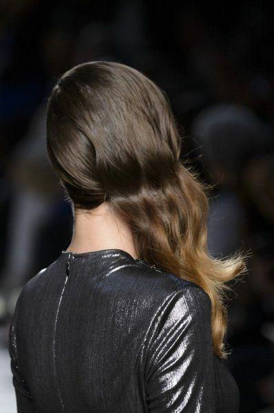 Capelli sciolti e portati di lato, come un'onda morbida #hairstyle #trend