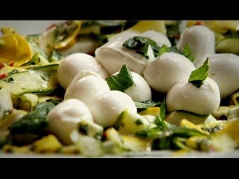 Salada de abobrinha com hortelã e mussarela de búfala - Receitas - Receitas GNT