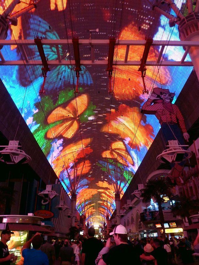 """米国ラスベガス・ダウンタウンで見られる""""ラスベガス流天の川""""フリーモントストリート・エクスペリエンス。Fremont Street Experience in Las Vegas, USA."""