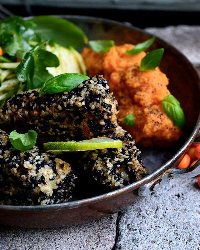Middagstips fritt från gluten och mejeriprodukter! Sesampanerade fiskpinnar med sallad och sötpotatismos😻😋 recept på bloggen, länk i profil. #superfoodsweden