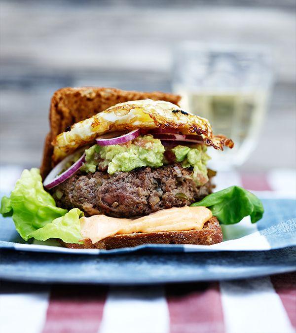 Opskrift på The Spicebomb fra Hellmanns Big Burger Book. Burger med æg, drueagurker, avokado og chili.