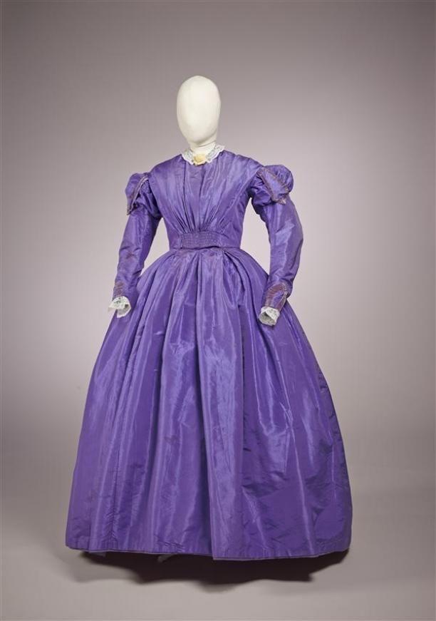 Japon van lila paarse zijde met garnering van lila fluwelen bandjes bij de schouders en aan de mouw, wijde rok | Modemuze