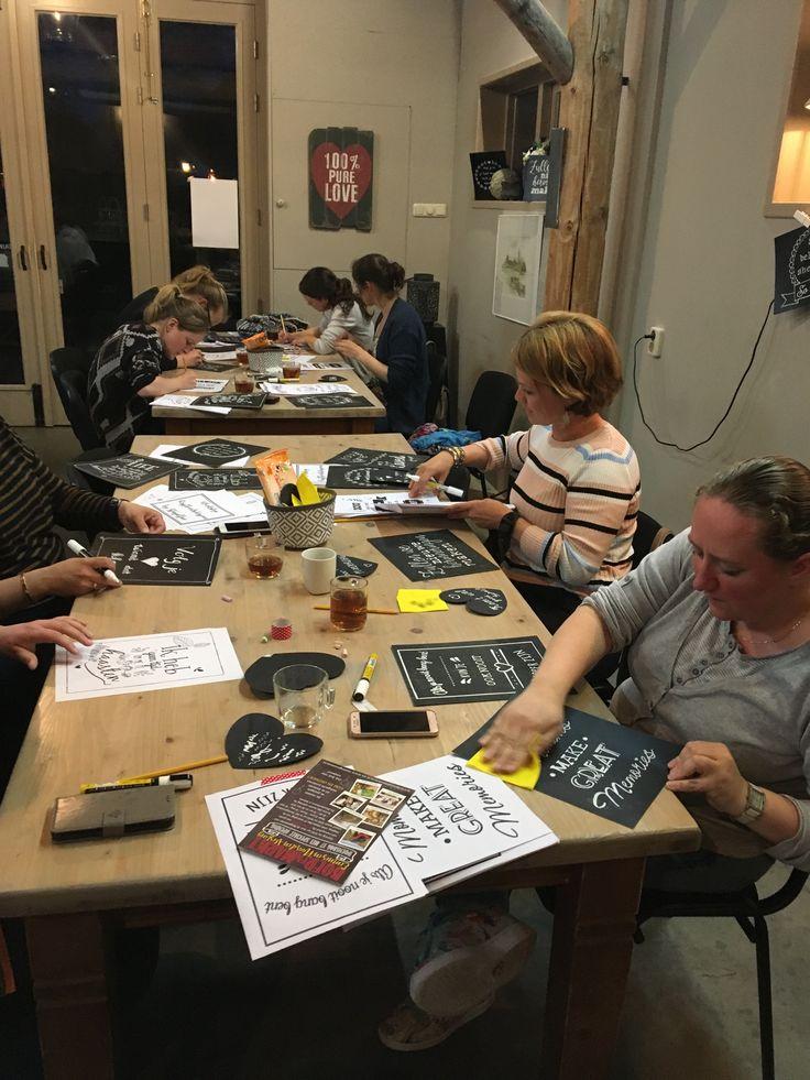 Een gezellig avondje handletteren: Boek ook een workshop handletteren met krijtstiften: een ideale bezigheid voor een vrijgezellenfeeest, een verjaardag of gewoon...voor een gezellige avond!