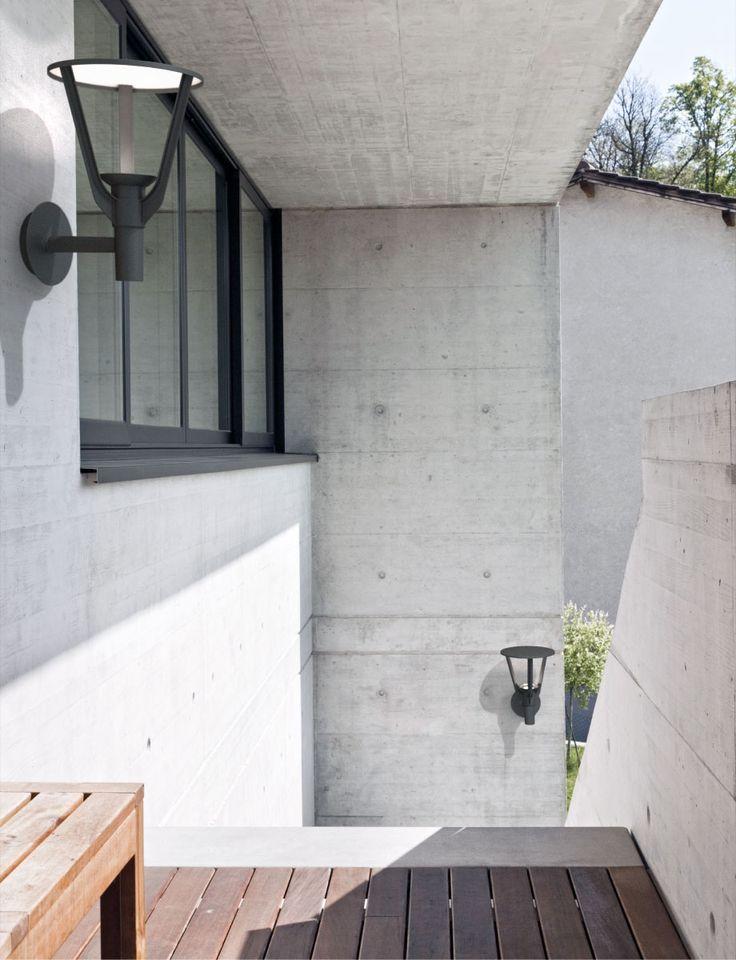 La lampe LED extérieur Kronenbourg représente la forme la plus épurée dans ce style d'appliques. Simple et fonctionnelle, elle habillera de manière très sobre vos espaces extérieurs.