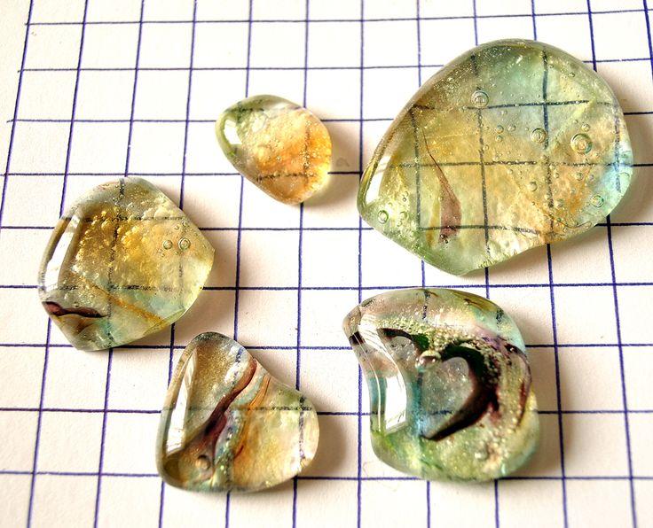Skleněné kameny - sada béžová/fial./oranž Kámen skleněný síla kamene do 0,8 cm velikost viz.výpočet 1 čtvereček=1 cm spodní strana reliéfní strukturovaná, to znemená NEHLADKÁ! Autor: E.J.design
