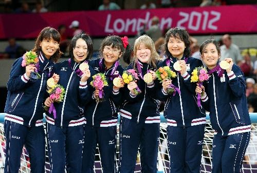 ロンドン・パラリンピック第10日の7日、視覚障害のゴールボール女子決勝で中国を1―0で破り金メダルを獲得して喜ぶ中嶋選手(左から3人目)ら