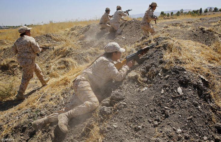 A kurdisztáni Peshmerga női harcosai gyakorlatoznak, mielőtt harcba indulnak az Iszlám Állam ellen. A női kurd harcosok óriási népszerűségnek a nyugati médiában, mert megerősítik azt a képzetet, hogy mennyire fontos a vallási szélsőségek és a szexizmus elleni a harc a Közel-Keleten. Ezzel a kurd politikusok is tisztában vannak, és büszkén mutogatják a katonanőkről készült képeket, noha nagyon sok esetben a nők nem a szent harc miatt csatlakoznak a hadsereghez, hanem, hogy elmeneküljenek a…